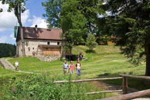 Wanderer am Nurtschweg im Oberpfälzer Wald