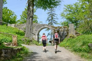 Wanderer bei der Ruine Schwarzenburg bei Rötz